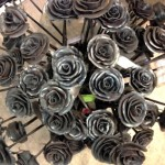 rosor i smide till minne av offrena på Utöya från Uppsala