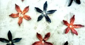 Silas Metallkonst smider ljuskrona i form av blommor i koppar och stål