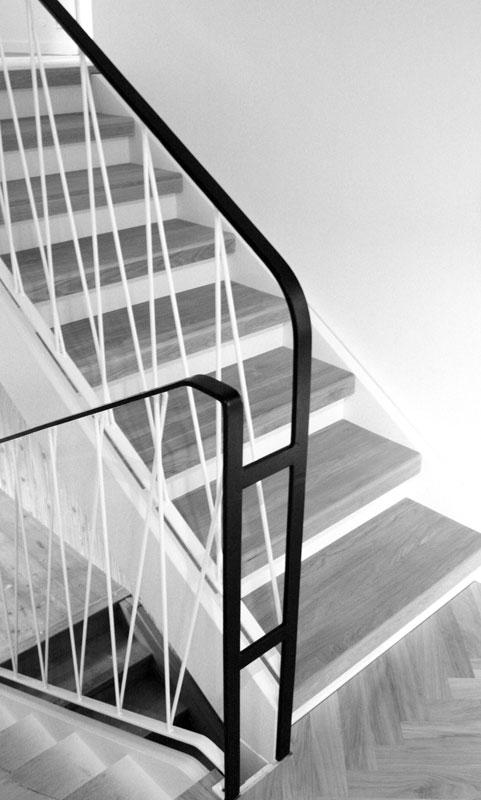 Strikt trappräcke i smide av Silas Metallkonst i Uppsala