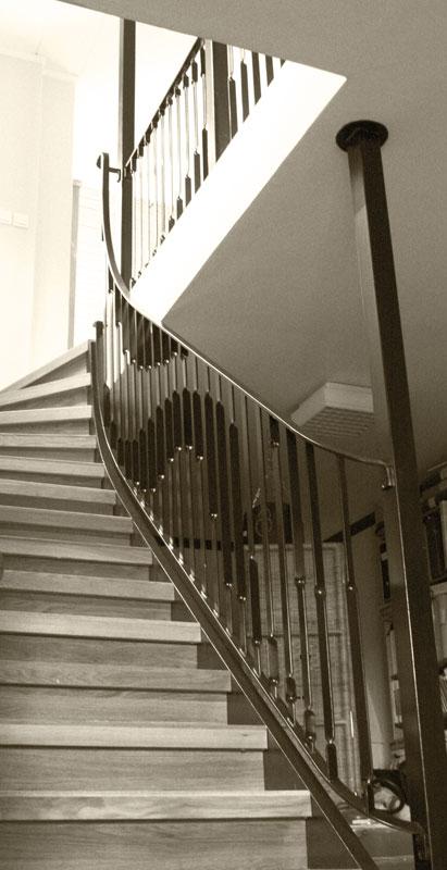 Silas Metallkonst smider konstnärligt trappräcke i stål