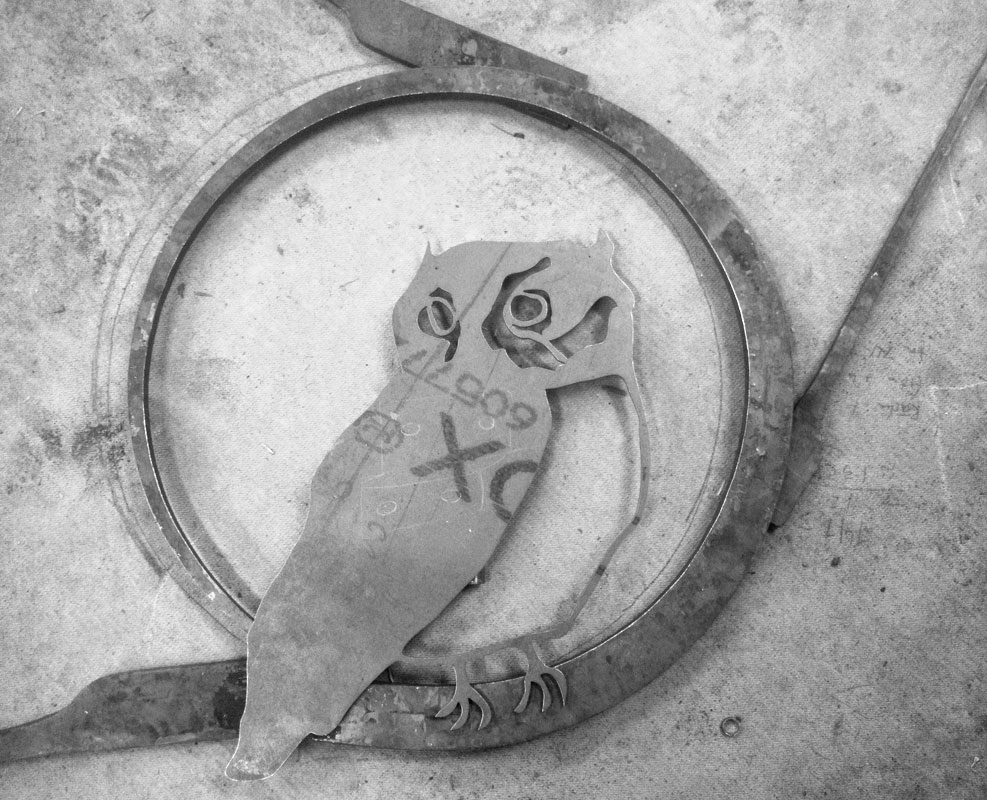 Silas metallkonst smider skulptur av uggla i stål