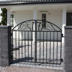 Vacker smidesgrind till villa i populära Lindbacken